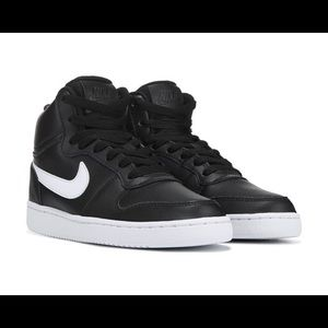 It is used no yellowing on the shoe no box ether